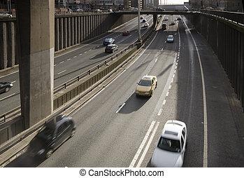 motorway, przejazd dołem na skrzyżowaniu bezkolizyjnym