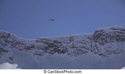 mouche, bleu, crêtes, sky., neigeux, ensoleillé, day., au-dessus, hélicoptère, montagnes.