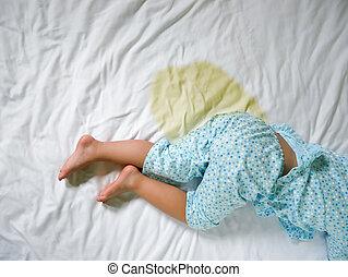 mouillé, petite fille, lit, pipi, pieds, bedwetting:, développement, enfant, matelas, feuille, foyer, concept