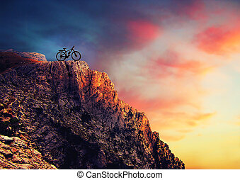 berg radfahrer fahrrad sonnenuntergang bergab berg st rmisch spur fahrrad mann reitet. Black Bedroom Furniture Sets. Home Design Ideas