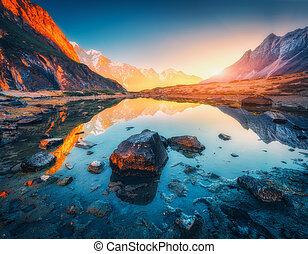 mountains, med, upplyst, toppar, stenar, in, alpin insjö, hos, solnedgång