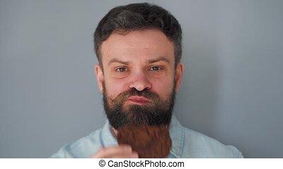 moustache, puce, gris, barbu, manger, biscuits, homme, haut, frisé, fond, chocolat, mur