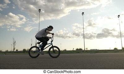 mouvement, formation, lent, doué, athlétique, exercisme, mi, saut, piste, dehors, bicycler, rotation, air, cycle