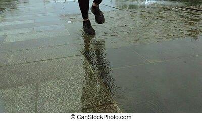 mouvement, gros plan, lent, coup, super, pluie, pieds, courant, femme, coureur