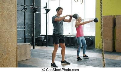 mouvement, jeune, dehors, lent, gymnase, exercisme, kettlebells, couple, accroupissement, fonctionnement
