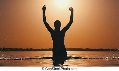 mouvement, jeune, gai, lent, rivière, sunset., femme, irrigation, silhouette, eau