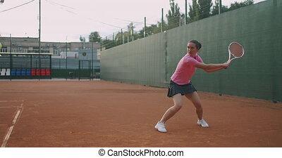 mouvement, jouer, tribunal, femme, jeune, caucasien, tennis...