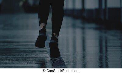 mouvement, lent, coup, femme, jeune, pluie, pieds, courant, téléobjectif, mouillé, super, après, trottoir