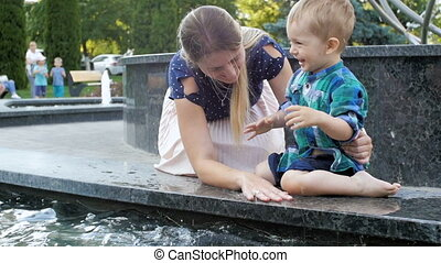mouvement, lent, famille, irrigation, parc, eau, vidéo, rire, amusement, fontaine, avoir, heureux