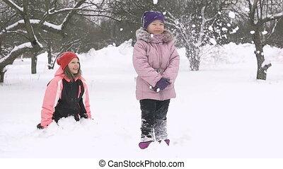 mouvement, lent, hiver, filles, deux, joyeux, snow., dehors, gosses, amusement, jouer, avoir, jour, heureux