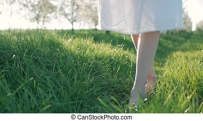 mouvement, marche, lent, coup, jeune, pieds, courant, nu, vert, girl, herbe