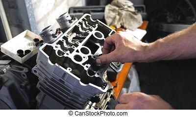 mouvement, ou, auto., entretenir, workshop., sien, mécanicien, garage, démonté, motor., grand plan, lent, homme, lieu travail, professionnel, réparateur, réparation, engagé, vue, fonctionnement, mains