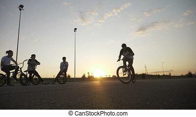 mouvement, sien, lent, tourner, renverser, cycliste, ruses, concours, jeune, exercisme, saut, motard, équitation vélo, faire vélo