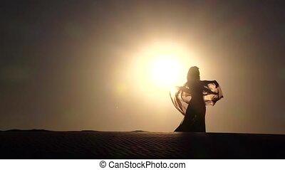 mouvement, ventre, elle, voile, danse, danse, danseur, lent, mains, plage., silhouette.