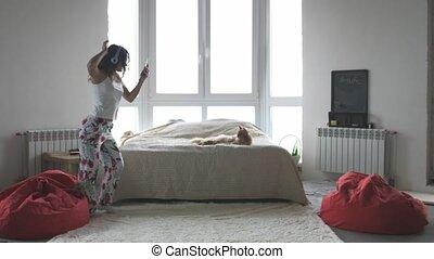 mouvements, maison, chat, musique, froussard, célébration, nègre, avoir, heureux, écoute, amusement week-end, danse, animaux familiers, apprécier, danse, femme, porter, jeune, maine, écouteurs
