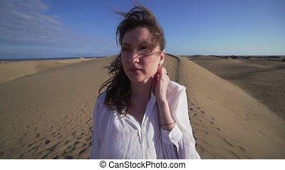 move., debout, femme, jeune, cheveux, désert, vent, chaud, elle
