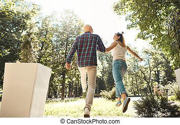 move., paar, jonge, back, rennende , park., door, overzicht., vrolijke