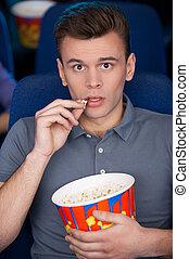 movie!, regarder, pop-corn, quel, jeune, séance, grand, film, excité, homme, manger, cinéma, quoique