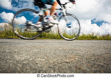 movimiento, motociclista de montaña, camino, confuso