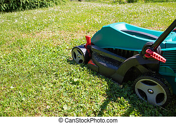 mower., grass., lysande, skörd, man, gräs, klippande, garden.blue, hans, senior, gräsmatta, gård, grön, slåttermaskin