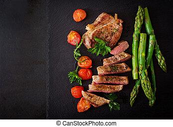 moyen rare, boeuf, asparagus., sommet, tomates, juteux,...