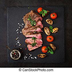 moyen rare, vegetables., boeuf, sommet, juteux, bifteck,...