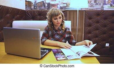 moyenne, âge, magazine, style de vie, lecture, graisse, journal, épais, femme, café, ordinateur portable, travaux, travailleur indépendant, internet