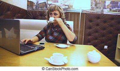 moyenne, fonctionnement, âge, style de vie, femme, boire, café, café, ordinateur portable, travailleur indépendant, épais
