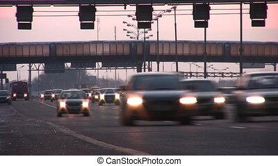 mozgató, a, autók, noha, fénylő, első lámpa, alatt, bridzs