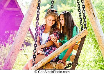 mozgatható, két, young külső, telefon, lány friends