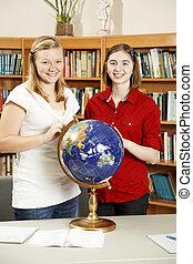 muchachas adolescentes, en, biblioteca, con, globo