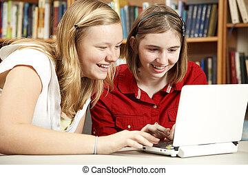 muchachas adolescentes, uso, computadora, en, biblioteca