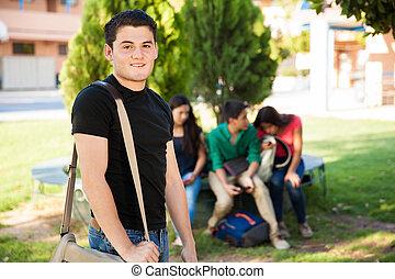 muchacho adolescente, con, algunos, amigos