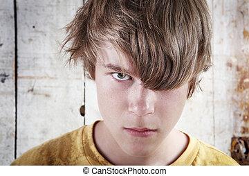 muchacho adolescente, enojado