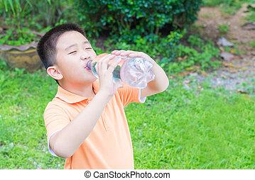 muchacho asiático, agua potable, de, botella