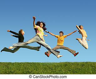 muchos, el saltar de la gente, en la hierba, collage