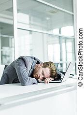 muede, junger mann, eingeschlafen, in, büro