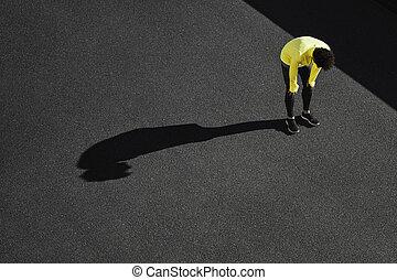 muede, mann, nach, cardio, workout., rennender , mann, machen pause, nach, laufen, unter, der, sun., fitness, athlet, atmen, schwer, von, hitze, exhaustion.