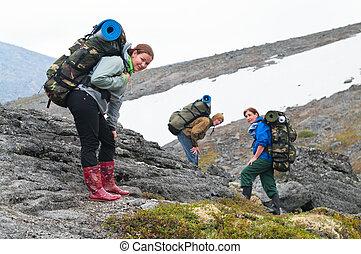 muede, mannschaft, von, backpackers, in, berge, mit, rucksäcke