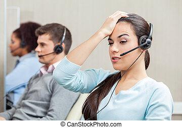 muede, weibliche , kundendienstvertreter, in, anruf- mitte