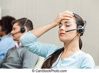 muede, weibliche , servicefachkraft, agent, in, anruf- mitte