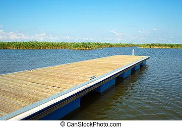 muelle de madera, en, hermoso, lago