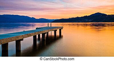 muelle del barco, en, lago, en, ocaso