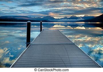 muelle, en, lago mcdonald, en, parque nacional del glaciar, montana, estados unidos de américa