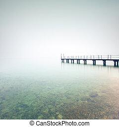 muelle, o, embarcadero, silueta, en, un, brumoso, lake.,...