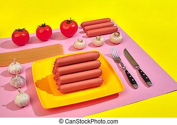muito, de, lingüiças cruas, ligado, prato., ligado, cor-de-rosa amarelo, fundo, com, macarronada, e, legumes, topo, vista.