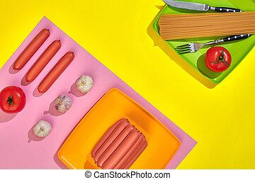 muito, de, lingüiças cruas, ligado, prato., ligado, fundo amarelo, com, macarronada, e, legumes, topo, vista.