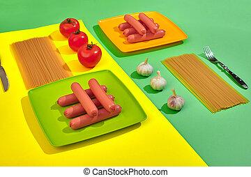 muito, de, lingüiças cruas, ligado, prato., ligado, verde, e, fundo amarelo, com, macarronada, e, legumes, topo, vista.