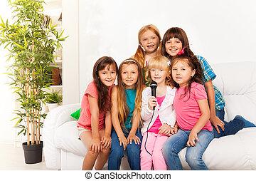 muitos, crianças, cantando