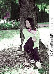 mujer, árbol, contra, sentado